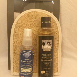 Miesten lahjapakkaus suihkugeeli, suihkedeodorantti ja pesukinnas